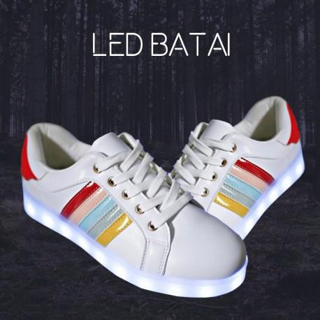 Balti LED batai su spalvotomis juostelėmis