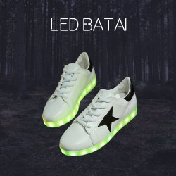Balti LED batai su juoda žvaigžde