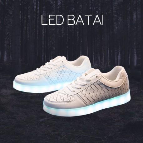 Balti LED batai su skylutėmis